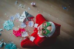 逗人喜爱的男孩切开了圣诞节庆祝的雪花 图库摄影