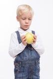 逗人喜爱的男孩喜欢吃健康食物 库存图片
