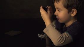 逗人喜爱的男孩回顾并且估价宝石和水晶 股票录像