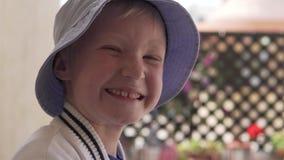 逗人喜爱的男孩在巴拿马是微笑和调查照相机 影视素材