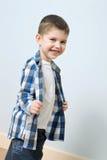 逗人喜爱的男孩微笑的一点 免版税库存照片