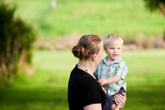 逗人喜爱的男孩户外他的小母亲 库存图片