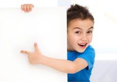 逗人喜爱的男孩拿着空白的横幅 库存照片