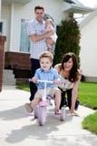 逗人喜爱的男孩骑马三轮车 免版税库存图片