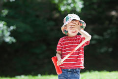 逗人喜爱的男孩,演奏槌球 免版税图库摄影