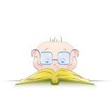 逗人喜爱的男孩读一本书 库存图片