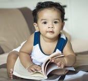 逗人喜爱的男孩读书 免版税库存照片
