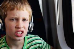 逗人喜爱的男孩画象有耳机的 免版税库存照片