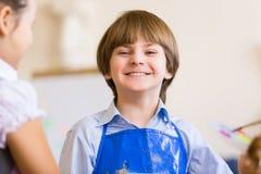 逗人喜爱的男孩绘画 免版税库存图片