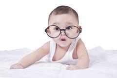逗人喜爱的男婴佩带的玻璃 图库摄影