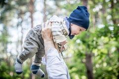 逗人喜爱的男婴在森林里 免版税库存图片