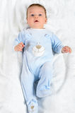 逗人喜爱的男婴在白色毯子说谎 库存图片
