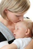 逗人喜爱的男婴她的母亲疲倦 免版税库存照片