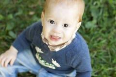 逗人喜爱的男婴顶视图  免版税库存图片