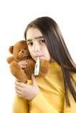 逗人喜爱的病的女孩测量她的温度 免版税库存照片