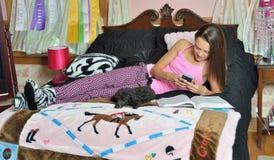 逗人喜爱的白种人女孩在她的卧室 免版税库存照片