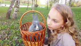 逗人喜爱的白肤金发的女孩和兔子 股票录像