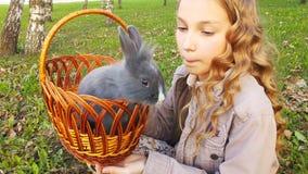 逗人喜爱的白肤金发的女孩和兔子 影视素材