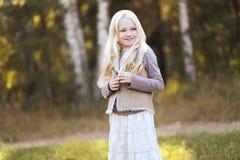 逗人喜爱的白肤金发的青少年的女孩 库存照片