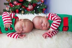 逗人喜爱的睡觉圣诞节新出生的兄弟矮子 免版税库存图片