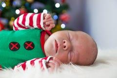 逗人喜爱的睡觉圣诞节新出生的矮子 免版税库存照片