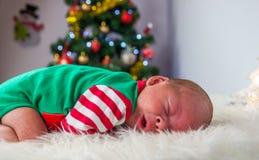 逗人喜爱的睡觉圣诞节新出生的矮子 免版税图库摄影