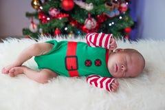 逗人喜爱的睡觉圣诞节新出生的矮子 免版税库存图片
