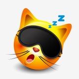 逗人喜爱的睡觉猫意思号佩带的睡眠面具, emoji,面带笑容-导航例证 免版税图库摄影