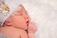 逗人喜爱的睡觉的新出生的婴孩和拷贝空间画象在白色的 免版税图库摄影