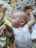 逗人喜爱的睡觉的男婴 小婴孩睡觉用在p的被张开的手 免版税库存图片
