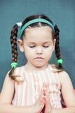 逗人喜爱的矮小的аsian女孩祈祷 免版税库存图片