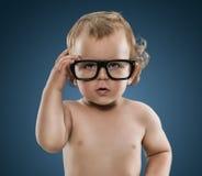 逗人喜爱的矮小的书呆子男孩 库存照片
