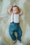逗人喜爱的矮小的休眠的男孩 免版税库存图片