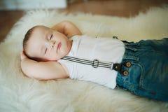 逗人喜爱的矮小的休眠的男孩 免版税库存照片