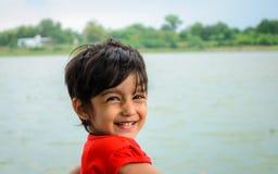 逗人喜爱的矮小的印地安女孩特写镜头-微笑 免版税库存照片