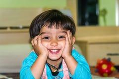逗人喜爱的矮小的印地安女孩画象-微笑 免版税库存照片