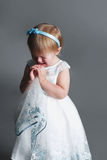 逗人喜爱的矮小的哭泣的女孩 免版税库存图片