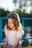 逗人喜爱的矮小的哭泣的女孩 免版税库存照片