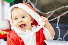 逗人喜爱的矮小的婴孩在圣诞老人衣裳 库存照片