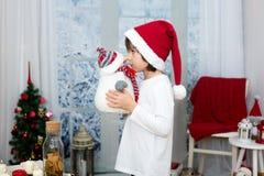 逗人喜爱的矮小的学龄前男孩圣诞节画象,吃曲奇饼 免版税图库摄影