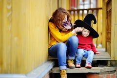 逗人喜爱的矮小的巫术师和他的年轻母亲 免版税库存照片