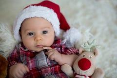 逗人喜爱的矮小的新出生的男婴圣诞节画象,穿戴在c 图库摄影