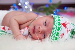 逗人喜爱的矮小的新出生的男婴圣诞节画象  库存照片