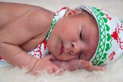 逗人喜爱的矮小的新出生的男婴圣诞节画象  免版税库存照片
