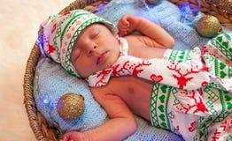 逗人喜爱的矮小的新出生的男婴圣诞节画象  库存图片