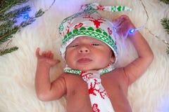 逗人喜爱的矮小的新出生的男婴圣诞节画象  免版税库存图片