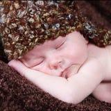 逗人喜爱的矮小的新出生的男婴 免版税库存图片