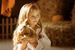 逗人喜爱的矮小的欧洲女孩 免版税库存照片