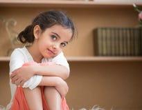 逗人喜爱的矮小的西班牙女孩画象  免版税库存照片