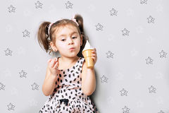 逗人喜爱的矮小的逗人喜爱的女孩戏剧玩具冰淇凌 库存图片